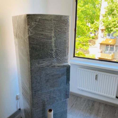 Kühlschrank mit Schutzfolie beim Möbeltransport in Berlin