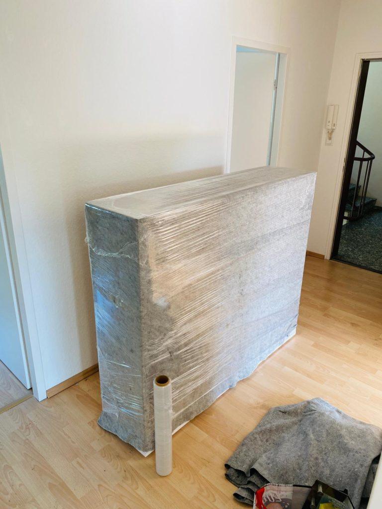 Schrank in Luftpolsterfolie eingepackt